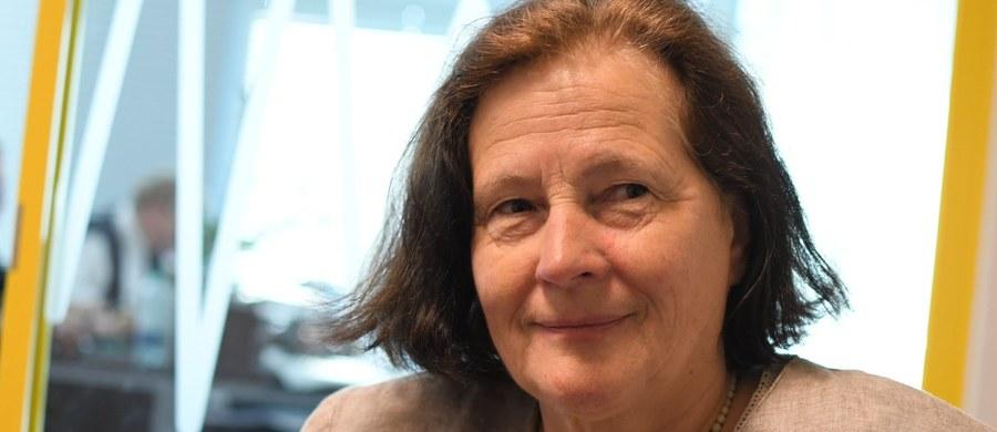 """""""To jest pomysł, który padł na inauguracyjnej konferencji naszego związku 10 lat temu. Wtedy pan Andrzej Wielowieyski, analizując sytuację rodzin i sytuację demograficzną Europy, rzucił ten pomysł. On nie jest nowy, był już w Bundestagu"""" - mówiła w Porannej rozmowie w RMF FM Teresa Kapela, założycielka Związku Dużych Rodzin 3Plus, pytana o pomysł Jarosława Gowina na tzw. głosowanie rodzinne. Jedną z ogłoszonych w sobotę propozycji PiS jest także wynosząca 300 złotych wyprawka dla każdego ucznia do 18. roku życia. """"To fantastyczne, że każdy, bo każdy rodzic ponosi wymierne koszty"""" - stwierdziła Teresa Kapela. Robert Mazurek dopytywał swojego gościa, czy programy """"500+"""" i wyprawka dla ucznia są najlepszymi pomysłami na pomaganie rodzinom. """"Wydaje mi się, że najlepsze, ponieważ powszechne"""" - odpowiedziała założycielka związku 3Plus. Była także pytana o propozycję partii rządzącej na darmowe leki dla kobiet w ciąży. """"Ja myślę, że tutaj nie jest kwestia leków, ale dostępności do porządnej opieki ginekologicznej. Bo z tym jest ogromny problem. I właściwie młode matki, z którymi się spotykam, przeważnie prowadzą ciąże prywatnie. I to jest jakaś chora sytuacja - braku opieki w tym ważnym okresie"""" - uznała Teresa Kapela."""