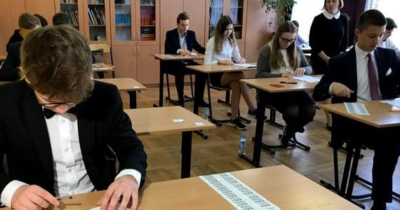 Gimnazjaliści, sprawdźcie jak Wam poszło na dzisiejszym egzaminie! Na RMF24 specjalnie dla Was publikujemy arkusze z WOS-u i historii. Rozwiązania będą pojawiać się na bieżąco – wkrótce zamieścimy także arkusze i odpowiedzi z języka polskiego. Egzamin gimnazjalny 2018 trwa trzy dni. Uczniowie w czwartek i piątek sprawdzą jeszcze swoją wiedzę z części matematycznej oraz języka obcego.