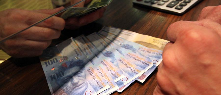 Frank szwajcarski jest teraz najtańszy od trzech i pół roku. Systematycznie tanieje i teraz kosztuje 3,48 zł. Co ważne, frank tanieje w sytuacji, gdy inne główne waluty drożeją. Analitycy twierdzą, że szwajcarska waluta może być jeszcze tańsza.