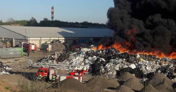 Potężny pożar wybuchł w środę na składowisku odpadów w Siemianowicach Śląskich. Jak usłyszeliśmy od służb, ogień objął 3 tysiące metrów kwadratowych powierzchni. Z daleka widoczne były czarne kłęby dymu. Wieczorem strażacy poinformowali, że pożar jest opanowany, ale jego dogaszanie potrwa co najmniej do rana. Zobaczcie filmy i zdjęcia, które dostaliśmy od Słuchaczy na Gorącą Linię RMF FM!