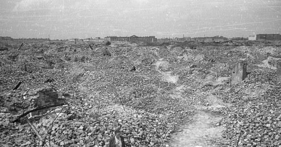 """75 lat temu, 19 kwietnia 1943 r., żydowscy bojownicy z ŻOB i ŻZW stawili zbrojny opór oddziałom niemieckim, które przystąpiły do likwidacji warszawskiego getta. """"Są takie piękne słowa: godność, człowieczeństwo. Tego broniliśmy"""" - mówił o podjętej wtedy walce Marek Edelman, jeden z przywódców powstania."""