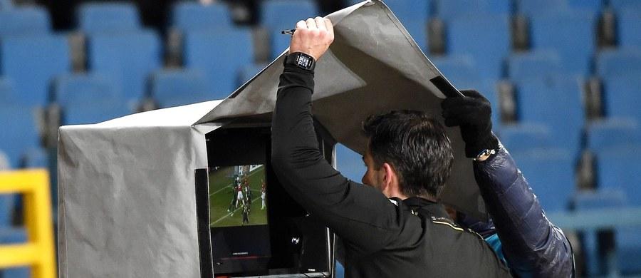 Decyzją Międzynarodowej Federacji Piłki Nożnej (FIFA) kibice oglądający w Rosji mecze mistrzostw świata (14 czerwca - 15 lipca) będą mogli zobaczyć na stadionowych ekranach powtórki sytuacji, w których interweniuje dodatkowy sędzia mający dostęp do systemu VAR. To odpowiedź FIFA na głosy krytyki względem systemu powtórek wideo. Kibice niecierpliwią się, gdy gra jest wstrzymywana, często nie wiedzą, co jest powodem przerwy. Nie dla wszystkich jest też zawsze jasne, jaka jest ostateczna decyzja sędziego.