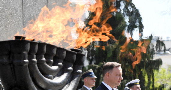 W Warszawie w południe z udziałem prezydenta Andrzeja Dudy oraz m.in. przedstawicieli rządu oraz ambasador Izraela rozpoczęły się w Warszawie główne uroczystości 75-lecia wybuchu powstania w getcie warszawskim. Uroczystości odbywają się przed Pomnikiem Bohaterów Getta. Punktualnie w południe w stolicy rozległy się syreny dla upamiętnienia rocznicy.