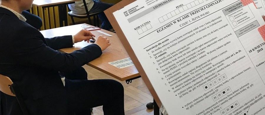 Na 20 minut przed egzaminem gimnazjalnym z języka polskiego na Twitterze pojawiła się informacja o zarysie tematu charakterystyki. Sprawę na policję zgłosiła Centralna Komisja Edukacyjna. Stołeczni funkcjonariusze starają się namierzyć numer IP komputera, z którego opublikowano w sieci przed egzaminem część wczorajszych testów gimnazjalnych.