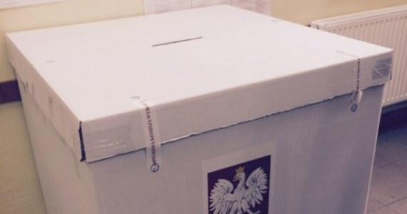 Państwowa Komisja Wyborcza w piśmie do najważniejszych osób w państwie poinformuje, że przeprowadzenie transmisji z lokali wyborczych będzie sprzeczne z unijnym rozporządzeniem dotyczącym ochrony danych osobowych - dowiedział się reporter RMF FM.