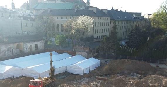Odkrycia archeologiczne przy ulicy Stradomskiej w Krakowie rzucają nowe światło na historię średniowiecznego centrum miasta - twierdzą archeolodzy. Podczas budowy hotelu odkryto przykościelne cmentarzysko, oraz ruiny klasztoru, kościoła i szpitala.