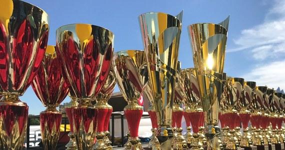 Załogi rywalizujące w tym roku w Rajdowych Samochodowych Mistrzostwach Polski walczą - podobnie jak w ubiegłym sezonie - o puchary ufundowane przez jednego z patronów medialnych cyklu - RMF FM, największą stację radiową w Polsce.
