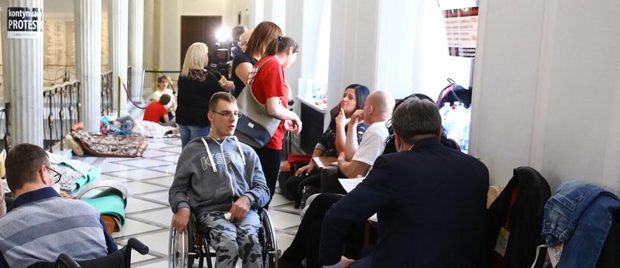 Bez konkretów zakończyło się  spotkanie minister Elżbiety Rafalskiej z niepełnosprawnymi i ich opiekunami, protestującymi w Sejmie. Domagają się oni między innymi wprowadzenia 500 złotowego dodatku rehabilitacyjnego i podniesienia renty socjalnej.
