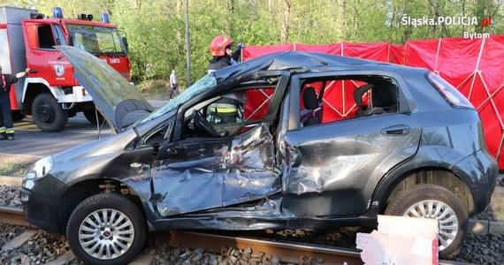 Policjanci z Bytomia wyjaśniają okoliczności tragicznego wypadku, do którego doszło na skrzyżowaniu ul. Łagiewnickiej z ul. Szyby Rycerskie. Osobówka zderzyła się tam z tramwajem. 52-latka podróżująca autem zmarła mimo reanimacji.