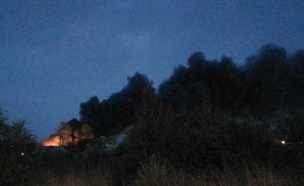Celowe podpalenie to wstępna przyczyna wczorajszego pożaru składowiska elektro-śmieci przy ulicy Topolowej w Piotrkowie Trybunalskim w Łódzkiem. Dokładne okoliczności wybuchu ognia określi policja we współpracy z biegłym z zakresu pożarnictwa. Od wieczora z ogniem walczyło 20 jednostek strażackich, pożar dogaszono dopiero nad ranem.
