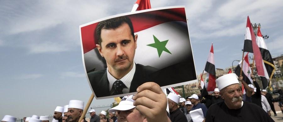 """Władze Syrii zwróciły Legię Honorową, którą w 2001 roku prezydent Baszar al-Assad otrzymał z rąk ówczesnego prezydenta Francji Jacques'a Chiraca. Jak wyjaśniono, szef państwa syryjskiego nie będzie nosił odznaczenia kraju, który jest """"niewolnikiem"""" USA."""