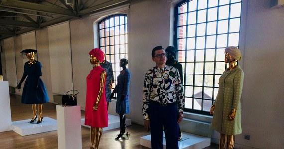 Torebka z latarką w środku – zaprojektowana we współpracy z Salvadorem Dali; pierwsze perfumy Christiana Diora we flakonie w kształcie amfory, czyli kobiecej sylwetki i suknia tego słynnego projektanta, która rozpoczęła styl New Look – to przedsmak tego, co pojawi się na wystawie w Centralnym Muzeum Włókiennictwa w Łodzi.