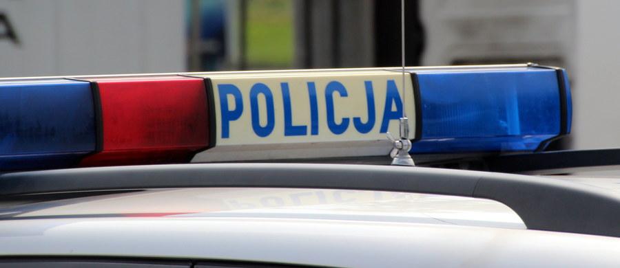 55-letni mężczyzna zginął w Gorlicach, potrącony na przejściu dla pieszych. Sprawca prawdopodobnie przeniósł ciało kilkadziesiąt metrów dalej. Policjanci zatrzymali kierowcę podejrzewanego o spowodowanie wypadku i zabezpieczyli TIR-a, którym jechał.