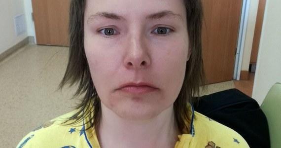 Policjanci z Katowic proszą o pomoc w ustaleniu tożsamości kobiety, która wczoraj przyszła do komisariatu przy ul. Stalowej. Nie miała przy sobie żadnych dokumentów i nie potrafiła powiedzieć funkcjonariuszom, jak się nazywa ani gdzie mieszka.