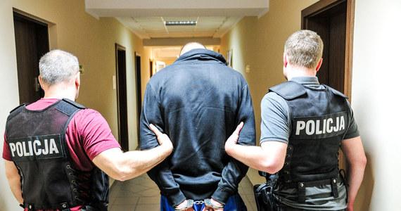 30-latek, który wczoraj w Gorzowie Wielkopolskim zbiegł z policyjnego konwoju, został zatrzymany dzięki pomocy świadka. W piątek podejrzany o zabójstwo wymknął się policji w drodze na badania do gorzowskiego szpitala. Przez 12 godzin pozostawał nieuchwytny. Przed północą został ujęty w Drezdenku, ok. 45 km od Gorzowa.