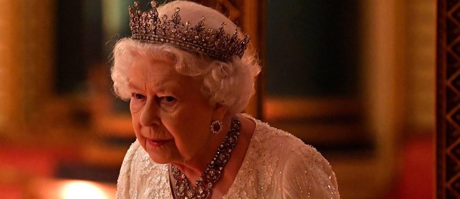 Brytyjska królowa Elżbieta II skończyła 92 lata. Z tej okazji w Hyde Parku w Londynie zagrzmiały armaty, oddając na cześć monarchini 41-krotną salwę.