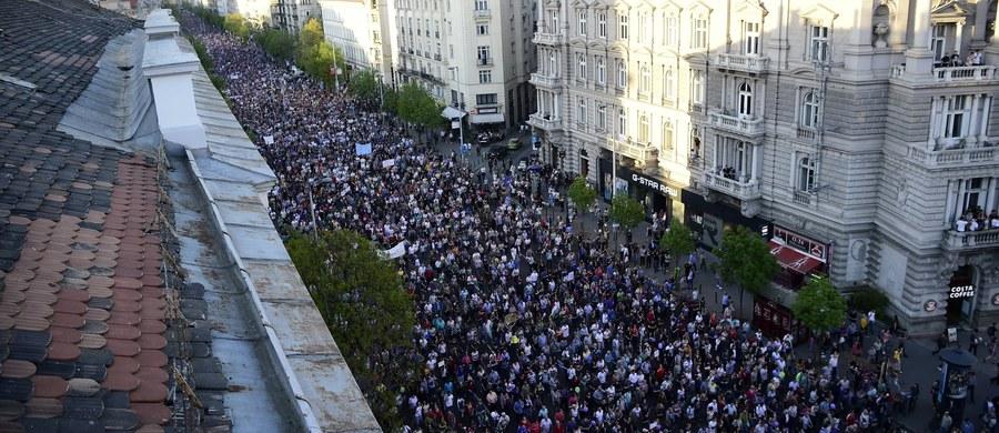 """Dziesiątki tysięcy Węgrów wzięły udział w demonstracji na rzecz demokracji w Budapeszcie zorganizowanej pod hasłem """"My jesteśmy większością"""". Mówcy apelowali o pomaganie organizacjom pozarządowym."""