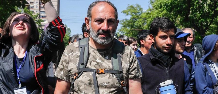 """Stojący na czele trwających od 10 dni protestów społecznych w Armenii lider opozycji, Nikol Paszynian, został w niedzielę zatrzymany w Erywaniu - poinformował opozycyjny deputowany. Policja twierdzi z kolei, że Paszynian został """"siłą ewakuowany"""" z protestu."""