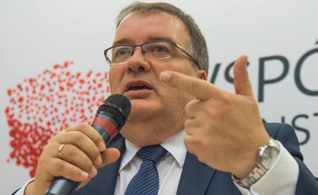 """Prezydencki minister, Andrzej Dera w rozmowie z RMF FM deklaruje, że jest gotowy na spotkanie z opiekunami osób, u których niepełnosprawność pojawiła się po osiemnastym roku życia. To reakcja na listy otwarty, który w piątek stowarzyszenie """"Stop Wykluczeniom"""" wysłało do Andrzeja Dudy, zarzucając mu, że  zapomniał o obietnicy, którą złożył im tuż przed wyborami i że ich nie zauważa, bo oni nie są w stanie protestować w Sejmie."""