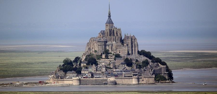 Francuskie władze w niedzielę poinformowały o ewakuacji będącej atrakcją turystyczną wyspy Le Mont-Saint-Michel u zachodnich wybrzeży kraju. Policja szuka mężczyzny, który zachowywał się w podejrzany sposób i który według świadka rano groził policjantom.