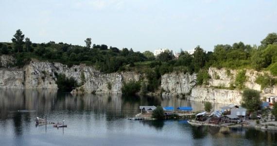 Akcja ratownicza na krakowskim Zakrzówku. 22-letnia kobieta spadła z około 20 metrów na półkę skalną.