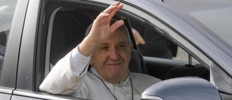 Papież Franciszek z okazji swoich imienin polecił rozesłać do stołówek i noclegowni Caritasu w Rzymie 3 tysiące lodów dla osób, korzystających z pomocy tych placówek - poinformowano w Watykanie.