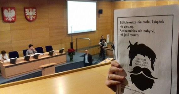 Pracownicy krakowskich muzeów i bibliotek protestowali dziś na sesji sejmiku Województwa Małopolskiego przeciwko skandalicznie niskim zarobkom. Domagają się 500 zł podwyżki do końca roku.