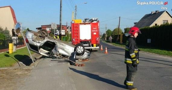 Śląska policja opublikowała nagranie z monitoringu, na którym widać groźny wypadek w Żorach. Pijany 20-latek na prostej drodze stracił panowanie nad autem, uderzył w inny pojazd i dachował. Dwie osoby zostały ranne.