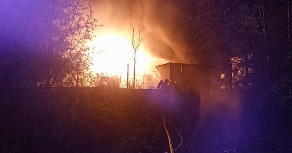 W rozlewni rozpuszczalników przy ulicy Stolarskiej w Żywcu tuż przed 21 w poniedziałek wybuchł wielki pożar. Na miejscu pracuje 28 zastępów straży pożarnej z całego województwa śląskiego.