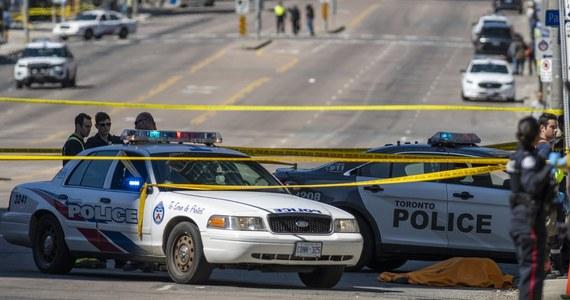 Policja w Toronto wyjaśnia okoliczności zdarzenia, do którego doszło na zatłoczonym skrzyżowaniu Yonge Street i Finch Avenue. Samochód wjechał tam w pieszych. Zginęło co najmniej 9 osób, 16 jest rannych.