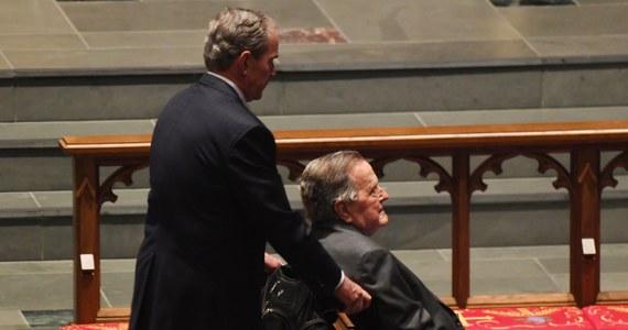 Zaledwie dzień po pogrzebie żony Barbary Bush do szpitala trafił były prezydent Stanów Zjednoczonych 93-letni George H.W. Bush. Z powodu infekcji Bush senior został przyjęty na oddział intensywnej opieki w szpitalu metodystów w Houston. Jak podał Reuters, doszło do zakażenia krwi.