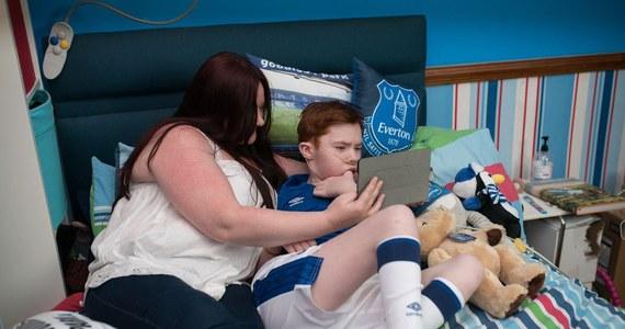 """We wczorajszym meczu ligi angielskiej pomiędzy Evertonem i Newcastle piłkarzy na boisko wyprowadzała nietypowa eskorta. Dzięki robotowi stworzonemu przez norweski start-up schorowany Jack spełnił swoje marzenie i """"zdalnie"""" wyszedł z ulubionymi piłkarzami na murawę."""