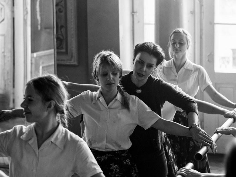 """""""Zimna wojna"""" - nowy film zdobywcy Oscara, Pawła Pawlikowskiego - trafi do polskich kin 8 czerwca. Film opowiada historię trudnej miłości dwojga ludzi, którzy nie umieją żyć bez siebie, ale równocześnie nie potrafią być razem."""
