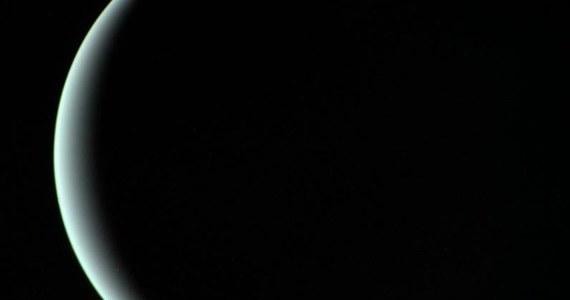 """Uran, siódma planeta Układu Słonecznego odsłoniła swoją śmierdzącą tajemnicę. Po latach spekulacji i badań naukowcom udało się potwierdzić, że górne warstwy atmosfery planety zawierają duże ilości siarkowodoru, gazu który nadaje zgniłym jajom - i nie tylko im - ten charakterystyczny, wyjątkowo nieprzyjemny zapach. Międzynarodowy zespół astronomów opublikował doniesienia na ten temat w najnowszym numerze czasopisma """"Nature Astronomy""""."""