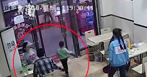 Okrutna zemsta ciężarnej kobiety na 4-letnim chłopcu. Pewna Chinka podstawiła maluchowi nogę, co uchwyciła kamera monitoringu lokalu, w którym to się stało. Film, który pojawił się w sieci, ma kilkadziesiąt milionów odsłon.