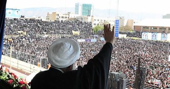 Szef MSZ Iranu Mohammad Dżawad Zarif oświadczył w opublikowanym we wtorek wywiadzie dla AP, że jeśli USA wycofają się z porozumienia nuklearnego, Iran prawdopodobnie zrobi to samo. Dodał, że taki krok podważyłby wiarygodność USA przed szczytem z Koreą Płn.