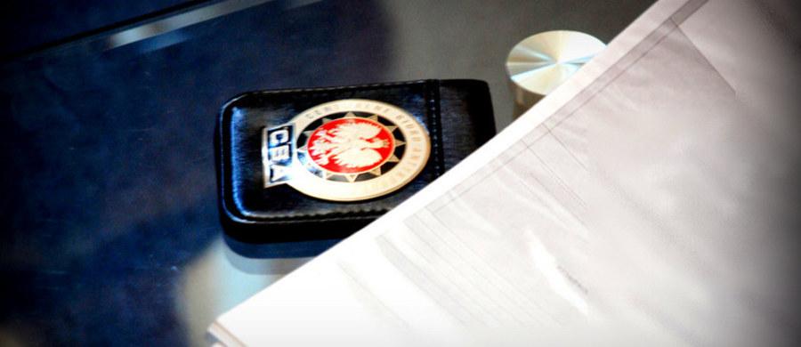 Lubelskie CBA pod nadzorem Prokuratury Okręgowej w Lublinie prowadzi śledztwo ws. wręczania łapówek od przedstawicieli firm biorących udział w przetargach organizowanych przez 1. Wojskowy Szpital Kliniczny z Politechniką SP ZOZ w Lublinie. Materiał zgromadzono przy współudziale Służby Kontrwywiadu Wojskowego.