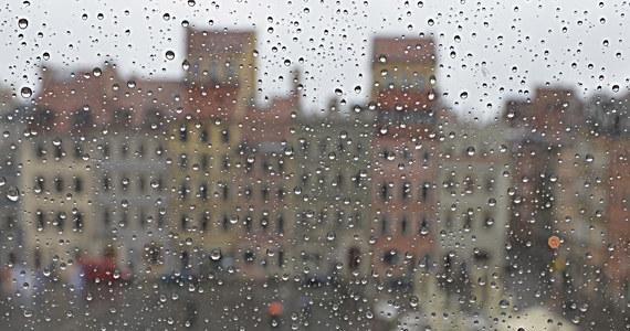 Jak podaje IMGW, Polska znajduje się w zasięgu niżu znad południowego Bałtyku. W środę sporo deszczu i burze, szczególnie na północy i w centrum kraju. Czwartek chłodny i niestety deszczowy, choć w całej Polsce możemy liczyć na większe przejaśnienia.