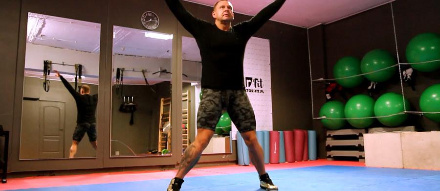 Rozgrzewka to bardzo ważny, ale niedoceniany element ćwiczeń fizycznych. Pozwala przygotować ciało do wysiłku i zmniejsza ryzyko odniesienia bolesnej kontuzji. O tym, jak powinna wyglądać prawidłowa rozgrzewka opowiada były mistrz Polski w kulturystyce i trener personalny Paweł Smolik.