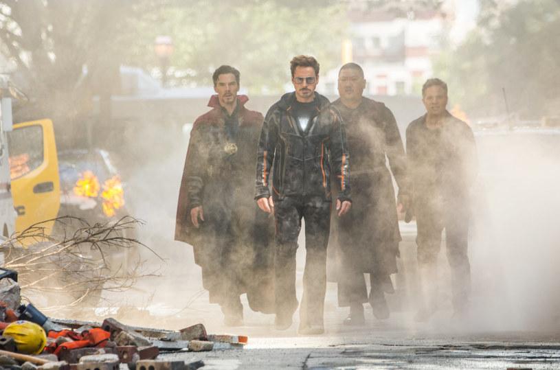 """Z daleka czuć, że """"Avengers: Wojna bez granic"""" to najbardziej ambitne przedsięwzięcie w dziejach Marvel Studios. Kolosalny budżet (w okolicach 400 milionów dolarów), obsada po brzegi wypełniona gwiazdami, kosmiczna oprawa i dziesiątki uwielbianych superbohaterów we wspólnej walce ze złem. Czy to mogło się nie udać? Mogło. Wystarczy przypomnieć sobie """"Ligę sprawiedliwości"""". Czy się nie udało? Wręcz przeciwnie. Mimo wielu obaw i wątpliwości, jedno jest pewne: o tym filmie będzie się mówiło."""