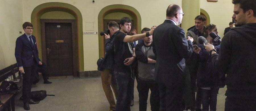 Działacz Młodzieży Wszechpolskiej zarzuca prezydentowi Gdańska Pawłowi Adamowiczowi, że go poniżył nazywając faszystą, a także naruszył jego nietykalność cielesną. Przed Sądem Rejonowym w Gdańsku rozpoczął się proces w tej sprawie.