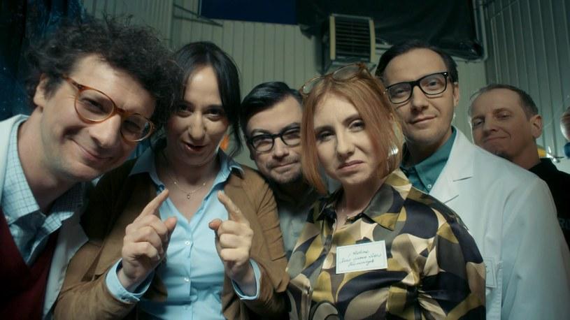 """Na piątek, 27 kwietnia ( godz. 22.20), zaplanowano premierę """"La La Poland""""  - komediowo-kabaretowego cyklu Dwójki. Najnowsza produkcja TVP2 to absurdalna podróż w głąb niezwykłej krainy znanej jako La La Poland, z jej wszystkimi śmiesznostkami i powagą, grozą i urokiem, błazenadą i powabem..."""