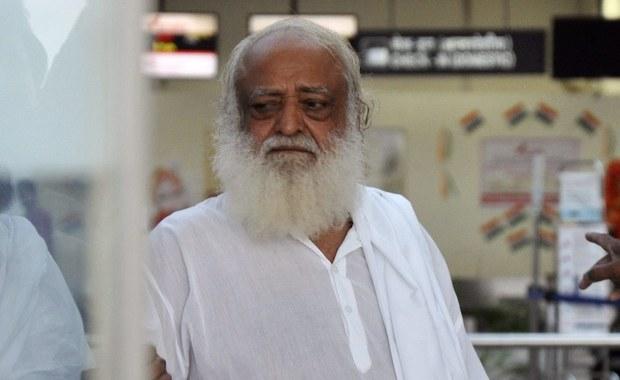 Sąd w Dźodhpur na północnym zachodzie Indii skazał na dożywocie samozwańczego guru Asarama Bapu za gwałt, jakiego dopuścił się kilka lat temu na 16-letniej dziewczynie. Siły bezpieczeństwa obawiają się aktów przemocy ze strony zwolenników Asarama.