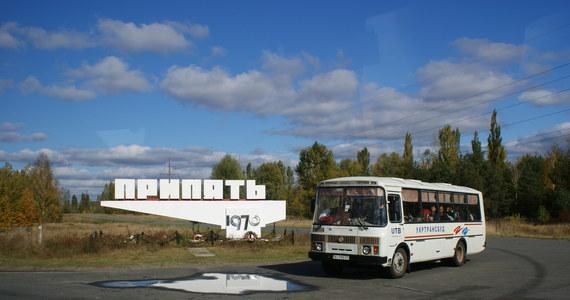 32 lata temu doszło do awarii reaktora nr 4 w czarnobylskiej elektrowni jądrowej. Dziś tak zwana Strefa Wykluczenia jest tylko z pozoru miejscem niedostępnym. Z roku na rok wzrasta bowiem liczba osób, które odwiedzają to miejsce, a Polacy od paru lat plasują się w ścisłej czołówce.