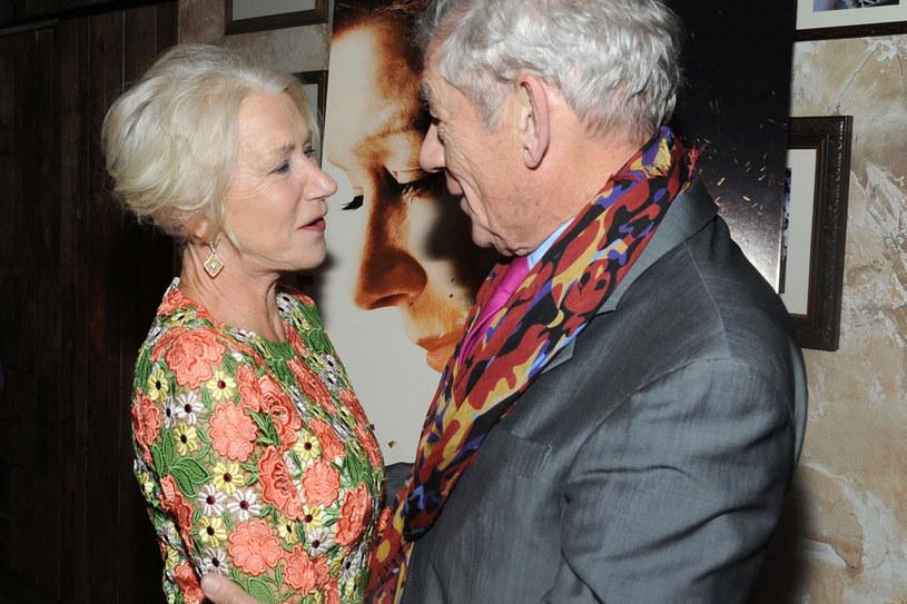"""23 kwietnia w Londynie rozpoczęły się zdjęcia do dramatu """"The Good Liar"""", w którym na dużym ekranie po raz pierwszy spotykają się zdobywczyni Oscara Helen Mirren (""""Królowa"""") oraz dwukrotnie nominowany do Oscara Ian McKellen (""""Władca Pierścieni: Drużyna Pierścienia""""). Bill Condon, nagrodzony Oscarem scenarzysta """"Bogów i potworów"""", wyreżyseruje i wyprodukuje film na podstawie scenariusza napisanego przez Jeffreya Hatchera (""""Pan Holmes"""") w oparciu o cieszącą się powszechnym uznaniem powieść Nicholasa Searle'a."""