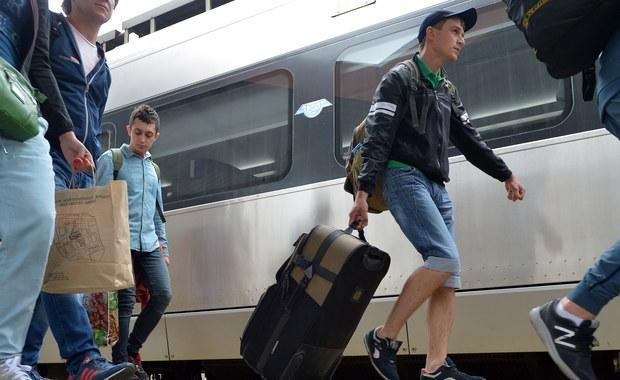 """Ponad sześciu na dziesięciu migrantów z Ukrainy zamierza zostać w naszym kraju na dłużej. Połowa z nich chętnie osiedliłaby się tu na zawsze, tym bardziej że większość w Polsce dobrze się czuje - czytamy w czwartkowej """"Rzeczpospolitej""""."""