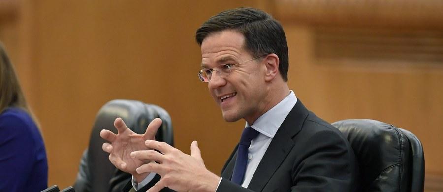 W głosowaniu przeprowadzonym po ośmiogodzinnej debacie w nocy ze środy na czwartek holenderski parlament odrzucił wniosek o wotum nieufności dla premiera Marka Rutte. Za wnioskiem głosowało 67 deputowanych, za jego odrzuceniem - 76; nie wzięło udziału - 7.