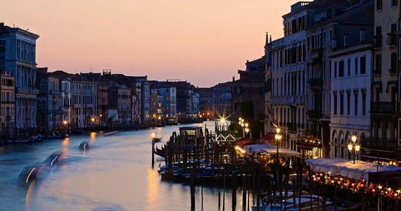 Władze Wenecji postanowiły, że w razie masowego, przekraczającego możliwości miasta napływu turystów w długi weekend poprzedzający Święto Pracy będą zamykać niektóre jego rejony i ograniczać ruch. To pierwsza taka decyzja we Włoszech.
