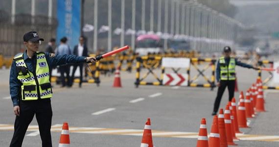 Prezydent Korei Płd. Mun Dze In powita lidera KRLD Kim Dzon Una na granicy strefy zdemilitaryzowanej w południowej części wsi Panmundżom w piątek o godz. 10:30 czasu lokalnego (godz. 1:30 w Polsce) - poinformował szef administracji prezydenckiej Im Dzong Seok. Kim Dzong In przekroczy granicę pieszo, w asyście osób towarzyszących - podał. Przywódcy KRLD będzie towarzyszyć jego siostra, Kim Jo Dzong. Obecność małżonki Kima nie została definitywnie potwierdzona.