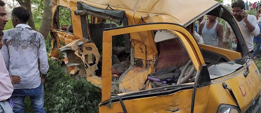 Szkolny bus wjechał pod pociąg na niestrzeżonym przejeździe kolejowym na północy Indii. Ze wstępnych ustaleń wynika, że kierowca busa miał na uszach słuchawki. Zginęło trzynaścioro dzieci, a ośmioro zostało rannych. Obrażenia odniósł też kierowca - poinformowała policja.